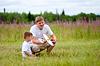 ID 3660317 | Vater und Sohn Start Flugzeug-Modell im Sommer Feld | Foto mit hoher Auflösung | CLIPARTO