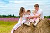 Happy family startet Spielzeugluftfahrzeug Modell sitzen o | Stock Photo