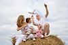 Glückliche Familie startet Spielzeugluftfahrzeug | Stock Photo