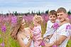 幸福的家庭一起在草地 | 免版税照片