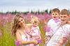 Счастливая семья вместе в луговых | Фото