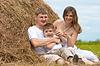 ID 3660494 | Glückliche Familie hat Spaß im Heuschober zusammen | Foto mit hoher Auflösung | CLIPARTO