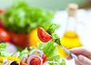 Здоровую пищу салат из свежих овощей и вилкой | Фото