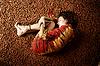 Chica durmiendo en las avellanas | Foto de stock