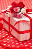 White Geschenk-Box mit roter Schleife und Blumen aus Papier | Stock Foto