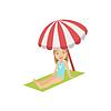 Mädchen sitzen am Strand unter Regenschirm