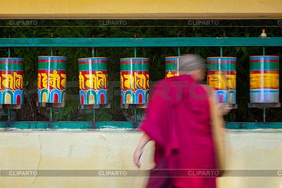 Buddhist monk rotating prayer wheels in McLeod Ganj | Foto stockowe wysokiej rozdzielczości |ID 4697938