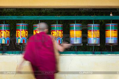 Buddhist monk rotating prayer wheels in McLeod Ganj | Foto stockowe wysokiej rozdzielczości |ID 4697939
