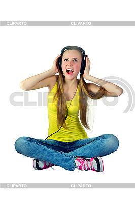 Dziewczyna w słuchawkach słucha muzyki i śmiechu | Foto stockowe wysokiej rozdzielczości |ID 3667959