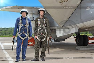 两个军事飞行员在飞机附近头盔 | 高分辨率照片 |ID 3454599