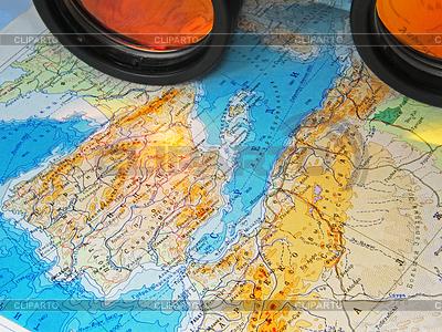 Mapa i lornetki | Foto stockowe wysokiej rozdzielczości |ID 3470319