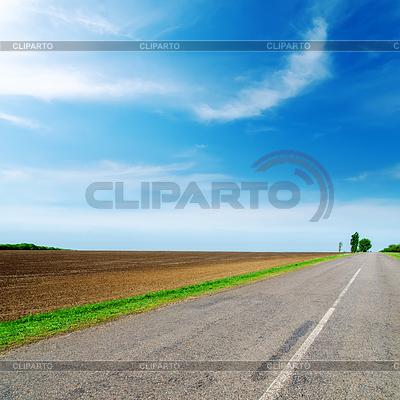 Asphalt road to horizon under cloudy sky | Foto stockowe wysokiej rozdzielczości |ID 3688560