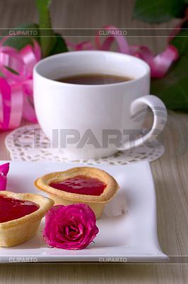 Urlaub Törtchen mit Marmelade in der Nähe Tasse Tee | Foto mit hoher Auflösung |ID 3540258