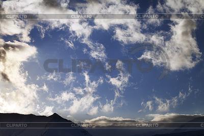 Blauer Himmel mit Wolken und Berge im Abendlicht | Foto mit hoher Auflösung |ID 3689760