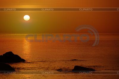 Pomarańczowy zachód słońca nad morzem ze skały | Foto stockowe wysokiej rozdzielczości |ID 3696139