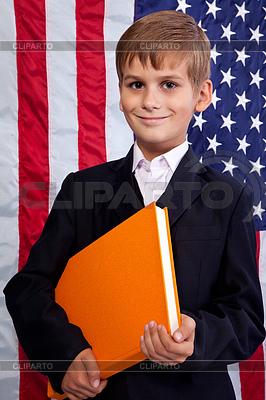 Schüler hält Buch bei USA-Flagge | Foto mit hoher Auflösung |ID 3431209
