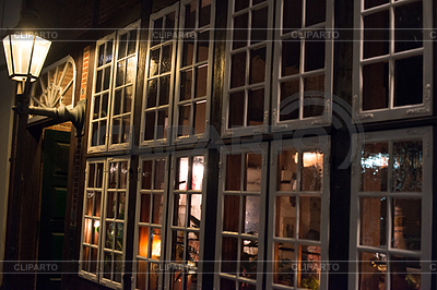 Tradycyjne okno pub | Foto stockowe wysokiej rozdzielczości |ID 3534008