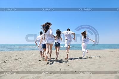 Группа счастливых молодых людей веселится на пляже | Фото большого размера |ID 3412816