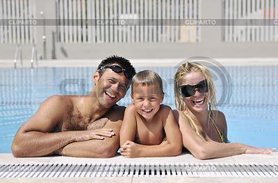 Glückliche junge Familie haben Spaß auf Swimmingpool | Foto mit hoher Auflösung |ID 3419229