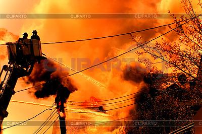 Riesiges Feuer mit Feuerwehrleute in Aktion | Foto mit hoher Auflösung |ID 3435415