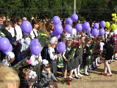 Kinder mit Blumen und Luftballons in den Urlaub von 1s | Foto mit hoher Auflösung |ID 3684339