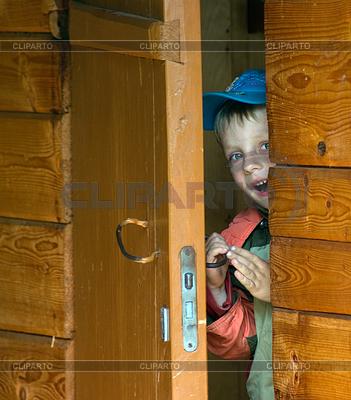 Chłopiec w drewnianym domu | Foto stockowe wysokiej rozdzielczości |ID 3496218