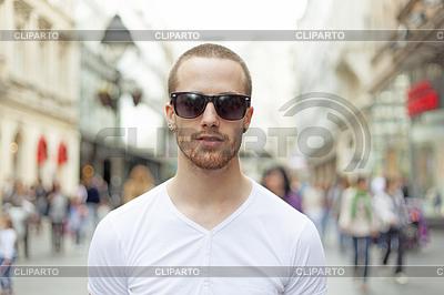 Człowiek na ulicy, w białej koszuli i ciemnych okularach | Foto stockowe wysokiej rozdzielczości |ID 3498277