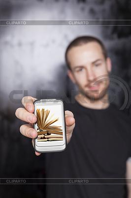 Człowiek posiada książki cyfrowej na wyświetlaczu smartfonu | Foto stockowe wysokiej rozdzielczości |ID 3498549