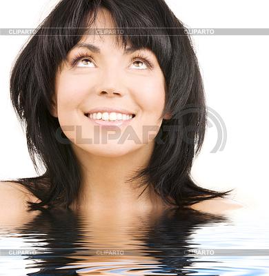Adolescente mira a través del agua 3