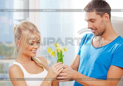 Romantisches Paar mit Blumen | Foto mit hoher Auflösung |ID 3648511