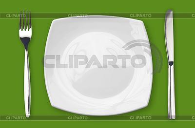 Quadratischen leeren Teller mit Messer und Gabel auf den grünen Tisch | Foto mit hoher Auflösung |ID 3657389