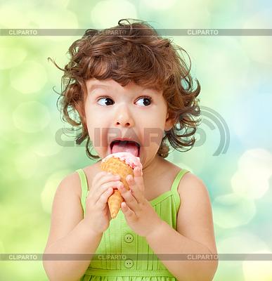 Kleine lockiges Mädchen mit Eis auf bunten | Foto mit hoher Auflösung |ID 3657478