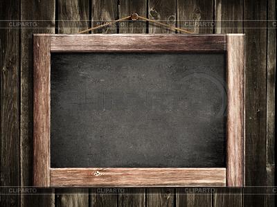 Grunge mała tablica wisi na ścianie drewniane, jak | Foto stockowe wysokiej rozdzielczości |ID 3657555