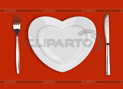 Płyta w kształcie serca, stół nóż i widelec na re | Foto stockowe wysokiej rozdzielczości |ID 3658379