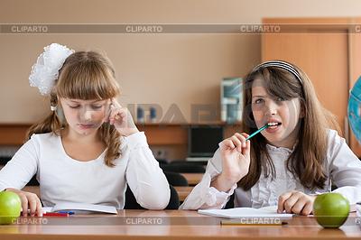 Zwei Mädchen sitzen in der Schule Schreibtisch im Unterricht | Foto mit hoher Auflösung |ID 3659098