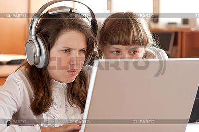 Zwei Schulmädchen auf ihre Aufgabe mit konzentriertem | Foto mit hoher Auflösung |ID 3659123