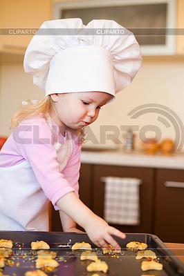 Kleines Mädchen bereitet Cookies auf Küche | Foto mit hoher Auflösung |ID 3659268