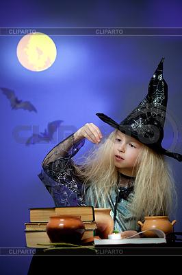 Mädchen als Hexe in der Nacht gekleidet die Magie | Foto mit hoher Auflösung |ID 3659599