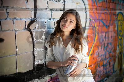 Nastoletnia dziewczyna portret z spray blisko graffiti | Foto stockowe wysokiej rozdzielczości |ID 3659648