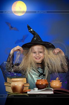 Mädchen als Hexe in der Nacht gekleidet die Magie | Foto mit hoher Auflösung |ID 3659756