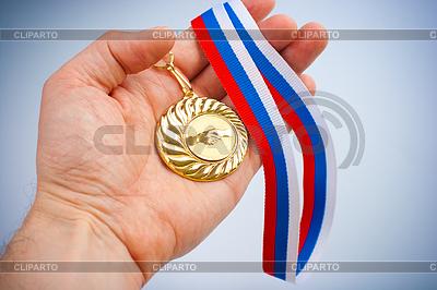 Złoty medal z symbolem uzgadniania na dłoni | Foto stockowe wysokiej rozdzielczości |ID 3659959