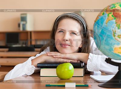Schoolgirl `s portrait in der Schule Schreibtisch mit ihrem | Foto mit hoher Auflösung |ID 3660021