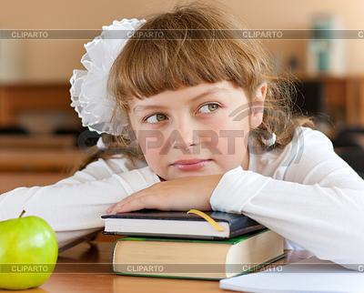 Schülerin in der Schule am Schreibtisch mit Büchern | Foto mit hoher Auflösung |ID 3660148