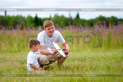 Vater und Sohn Start Flugzeug-Modell im Sommer Feld | Foto mit hoher Auflösung |ID 3660317