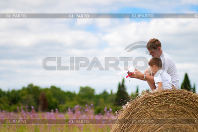 Vater und Sohn haben Spaß mit Spielzeug Flugzeug-Modell auf | Foto mit hoher Auflösung |ID 3660324