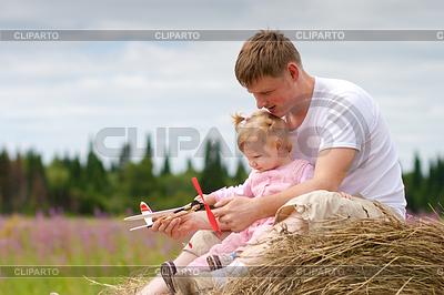 Vater und Tochter haben Spaß mit Spielzeug Flugzeug-Modus | Foto mit hoher Auflösung |ID 3660326