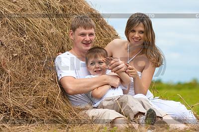 Glückliche Familie hat Spaß im Heuschober zusammen | Foto mit hoher Auflösung |ID 3660494
