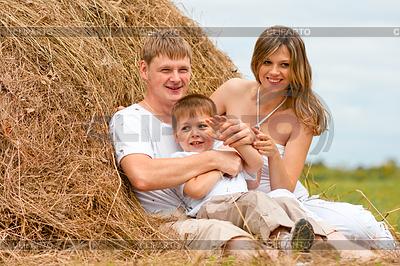 Glückliche Familie hat Spaß im Heuschober zusammen | Foto mit hoher Auflösung |ID 3660495