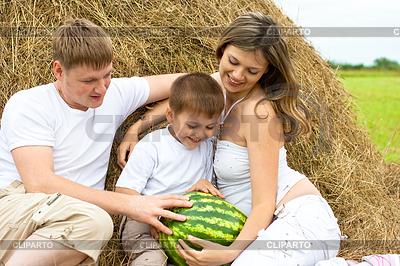 박, 모래 사장이나 커다란 건초 더미에서 행복 한 가족 | 높은 해상도 사진 |ID 3660499