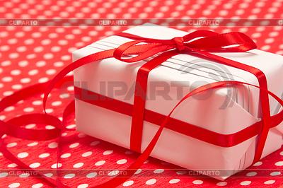 White Geschenk-Box mit roter Schleife | Foto mit hoher Auflösung |ID 3694866